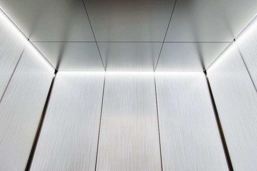 Облицовка стен и потолка лифта нержавеющей сталью